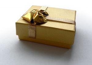 golden-present-780325-m